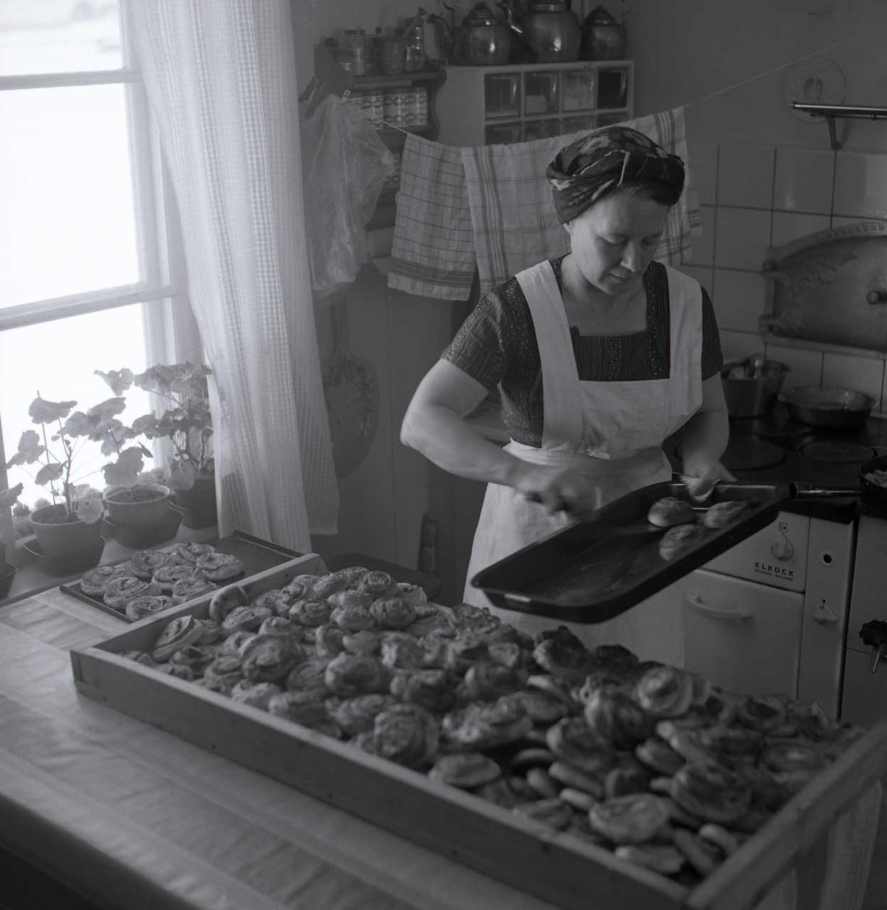Adéle bakar bullar till kaffet och serverar hantverkarna. Foto Hilding Mickelsson