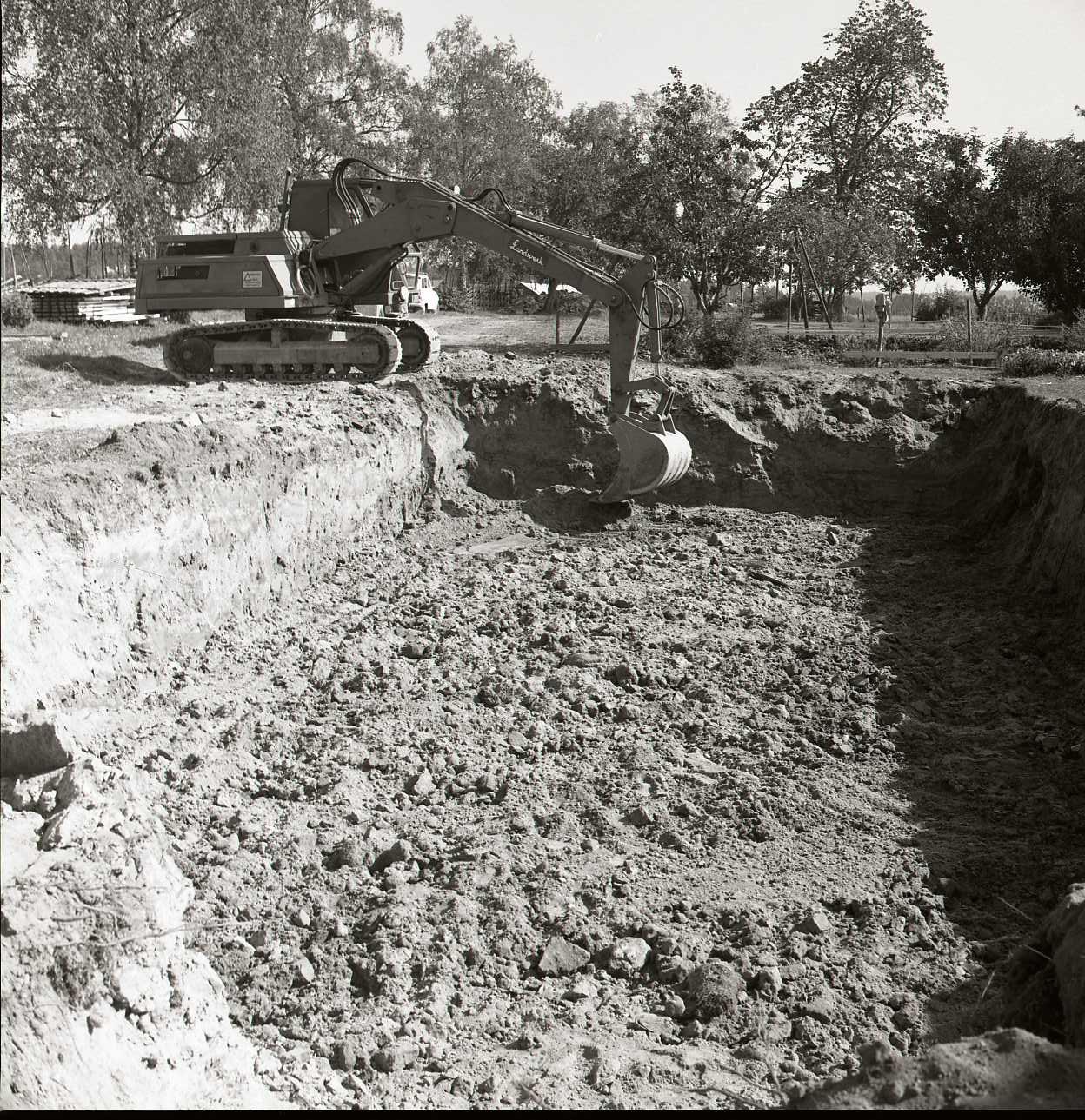Här grävs grunden för källaren. Foto: Hilding Mickelsson