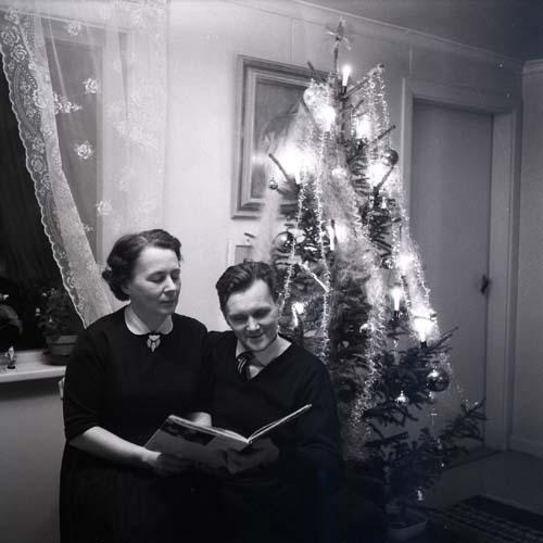 M 112 133: Adéle och Hilding, julen 1961.
