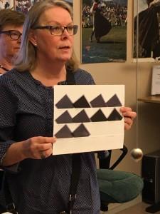 Ann Blomdal, som har arbetat många år med bilderna, följde med på rundvandringen och berättade om arbetet med samlingen. Foto: Anna Hildingson Edling