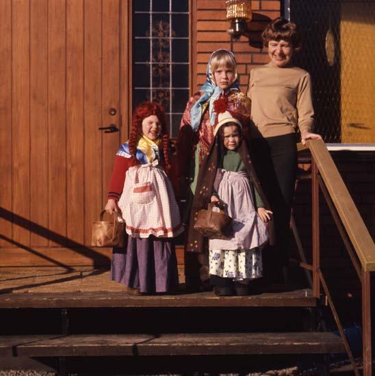 M 57 639: Barnen utklädda, Alfta våren 1974. Foto: Hilding Mickelsson