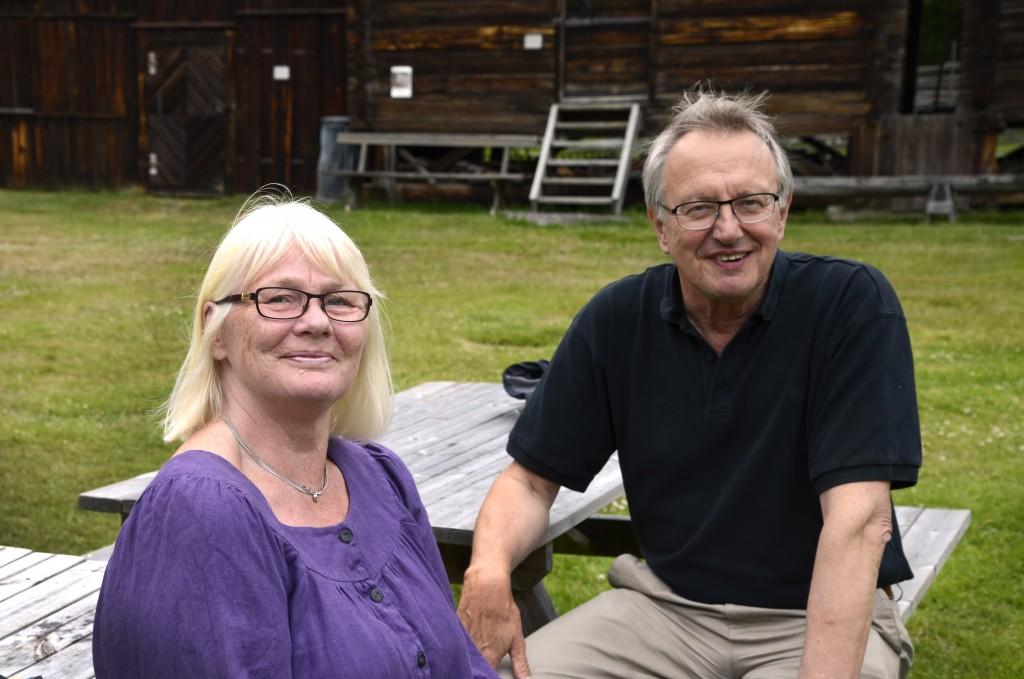Albert Viksten Sällskapets ordförande Gertrud Berglund och Hilding Mickelsson Sällskapets ordförande Göran Bratt. Foto Anna Hildingson Edling