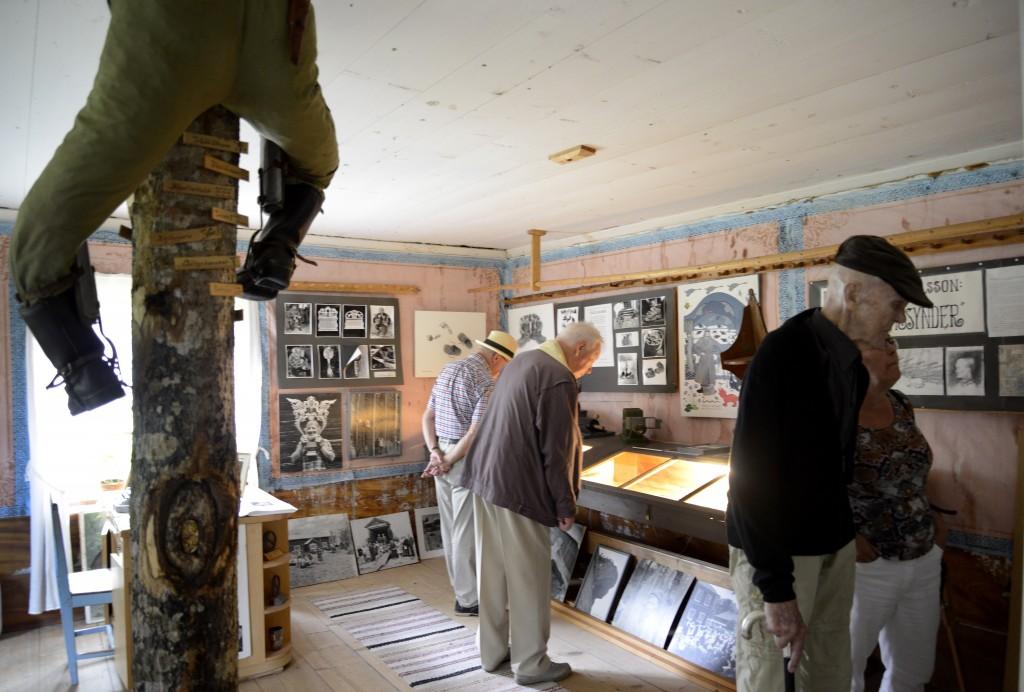 Innan programmet på logen startade, var det många som besökte Hildingrummet för att se fotoutställningen. Foto Anna Hildingson Edling