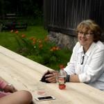 Här passar Ulla Edling och Hildings barnbarnsbarn Ebba Hildingson Edling på att släcka trösten, sittandes utanför Hembygdsgårdens servering som höll öppet. Foto Anna Hildingson