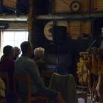 Den vackra talarstolen, Stig Wengelin stod i, hade Hildings storebror Jonas Micklesson en gång tillverkat. Foto Anna Hildingson