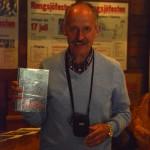 Besökaren Håkan Kranz vann en av de fina priserna från tipspromenaden, bestående av boken Mitt paradis av Albert Viksten, fylld med fotoillustrationer av Hilding Mickelsson. Foto Anna Hildingson
