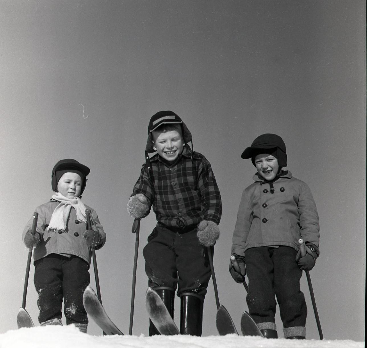 Skidåkande bygrabbar i åbrinkarna 11 februari 1959 Foto: Hilding Mickelsson